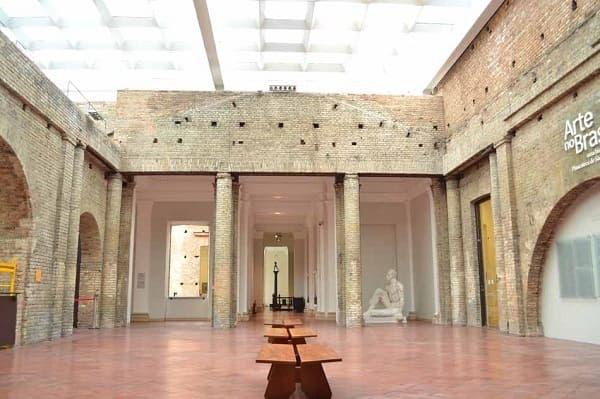 Pinacoteca: bancos e esculturas