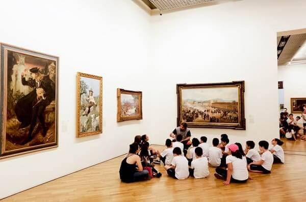 Pinacoteca: excursão de alunos em exposição (Foto: José Cordeiro - SPTuris)