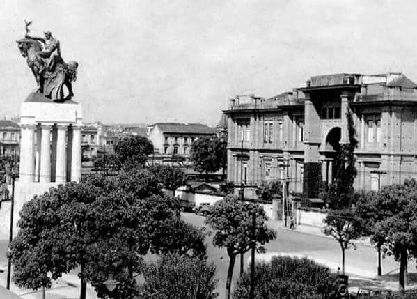 Pinacoteca: antigo monumento localizado na frente da edificação